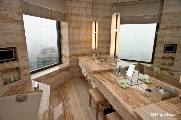 bathroom-presidential-suite-four